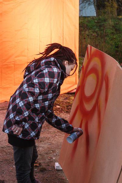 """Asunnottomien yötä Espoon keskuksessa. Tilaisuudessa mukana myös """"laillista"""" graffitien tekoa."""